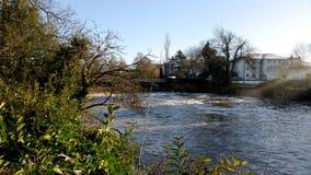 Río Leam en el invierno - sitio de bomba/jardines de Jephson, balneario real de Leamington fotografía de archivo