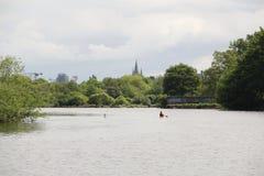 Río Lee en Cork Ireland con el piragüista Foto de archivo libre de regalías