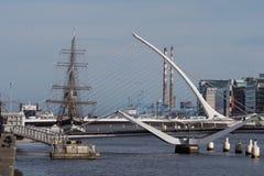 Río Liffey en Dublín, Irlanda Nave de Jeanie Johnston, chimeneas de Samuel Becket Bridge y de Poolbeg fotografía de archivo libre de regalías