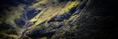 Río ligero de la montaña que revela en paisaje panorámico Fotos de archivo