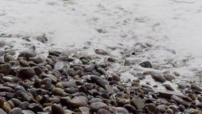 Río limpio con las ondas y la espuma almacen de metraje de vídeo