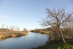 Río Linge en los Países Bajos entre Leerdam y Geldermalsen imagen de archivo