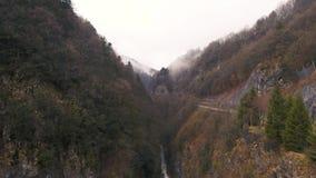 Río llevado en las montañas francesas almacen de video