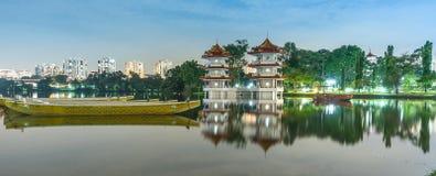 Río lunar del Año Nuevo pagoda del jardín del lago de la noche gemela del paisaje Imagenes de archivo