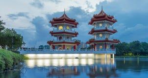Río lunar del Año Nuevo pagoda del lago de la noche gemela china del paisaje Fotografía de archivo