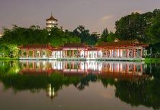 Río lunar del Año Nuevo pagoda del lago de la noche gemela china del paisaje Fotografía de archivo libre de regalías