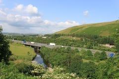 Río Lune en Tebay, Cumbria de la travesía de la autopista M6 Imágenes de archivo libres de regalías