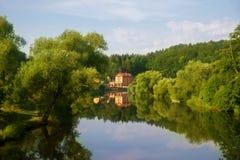 Río Luznice, árboles y casa, Bechyne imagenes de archivo