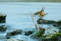 Río Miass del otoño en la exposición larga foto de archivo