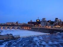 Río Misisipi en Minneapolis céntrica en la oscuridad Fotos de archivo libres de regalías