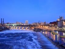 Río Misisipi en Minneapolis céntrica en la oscuridad Imágenes de archivo libres de regalías