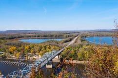 Río Misisipi y puente en Wisconsin Imagenes de archivo