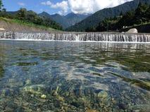Río, montaña, cielo fotos de archivo
