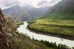 Río, montañas y nubes. Imagen de archivo