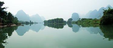 Río, montañas y sombras Foto de archivo libre de regalías