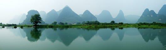 Río, montañas y sombras Imagen de archivo libre de regalías