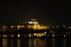 Río nacional de Moldava del teatro  Nocni Praga de Prag de la noche imagen de archivo