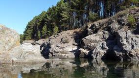 Río natural de la montaña foto de archivo