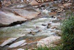 Río naturalmente subdesarrollado en Bentong, Pahang, Malasia Foto de archivo