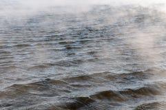Río no congelado en invierno, en el frío punzante Fotografía de archivo libre de regalías