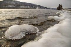 Río norteño, siberiano en el invierno. Imagenes de archivo