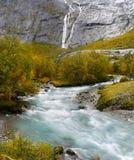 Río Noruega de la cascada del valle de Briksdal Foto de archivo