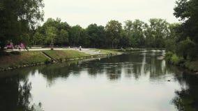 Río pacífico 'Lippe 'a través del parque de la ciudad central durante día de verano en Lippstadt, Alemania almacen de video