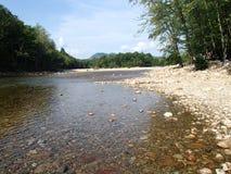 Río pacífico a flotar junto con ningunas preocupaciones Foto de archivo
