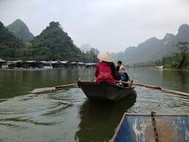 Río para perfumar la pagoda en Hanoi, Vietnam, Asia Fotos de archivo