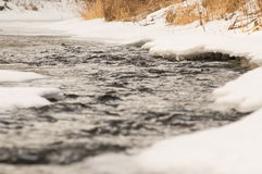 Río parcialmente congelado Foto de archivo