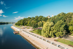 Río, parque de la ciudad y catedral de St Peter And Paul In Summer soleados imagen de archivo