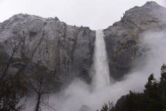 Río a partir de la caída de Bridalveil en el parque nacional de Yosemite fotografía de archivo libre de regalías