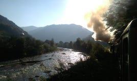 Río por la mañana en el tren viejo del vapor imagenes de archivo