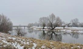 Río, puente, hogar y árboles blancos hermosos en helada, Lituania Fotografía de archivo libre de regalías