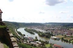 Río que abraza un pueblo fotografía de archivo