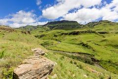 Río que arrastra abajo del valle Foto de archivo libre de regalías