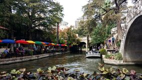 Río que atraviesa el centro de la ciudad Fotos de archivo libres de regalías