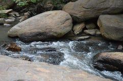 Río que atraviesa rocas Fotografía de archivo libre de regalías