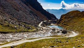 Río que atraviesa un valle de montañas debajo del cielo azul en el ladakh de Cachemira destino del día de fiesta y del viaje imagenes de archivo