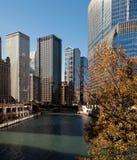 Río que corre a través del lazo céntrico de Chicago Imagenes de archivo