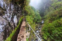 Río que flota a lo largo del rastro en el levada en las montañas de Foto de archivo