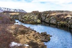 Río que flota a través de las montañas Fotografía de archivo