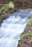 Río que fluye abajo de la corriente Fotos de archivo libres de regalías
