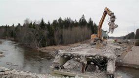 Río que fluye debajo del puente dañado almacen de metraje de vídeo