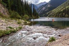 Río que fluye del lago de la montaña Fotos de archivo libres de regalías