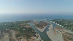 Río que fluye en el mar almacen de video
