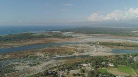 Río que fluye en el mar metrajes