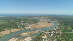 Río que fluye en el mar almacen de metraje de vídeo
