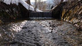 Río que fluye lento y una cascada tranquila agradable almacen de metraje de vídeo