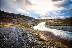 Río que fluye a lo largo del paisaje en Islandia Imágenes de archivo libres de regalías
